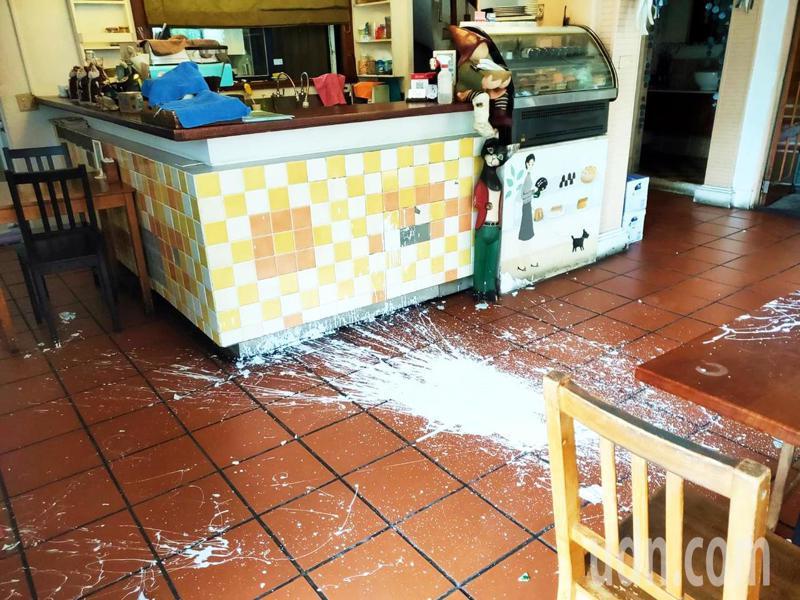 台東市知名早午餐店「伊亞咖啡民宿」李姓業者今天一早發現,店面遭人惡意潑漆毀損。記者羅紹平/攝影