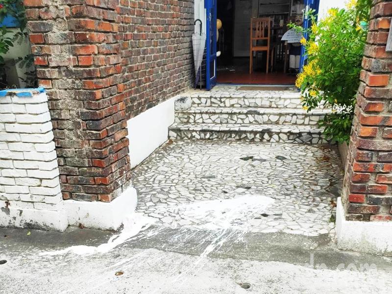 台東市知名早午餐店「伊亞咖啡民宿」李姓業者今天一早發現,店面遭人惡意潑漆毀損。