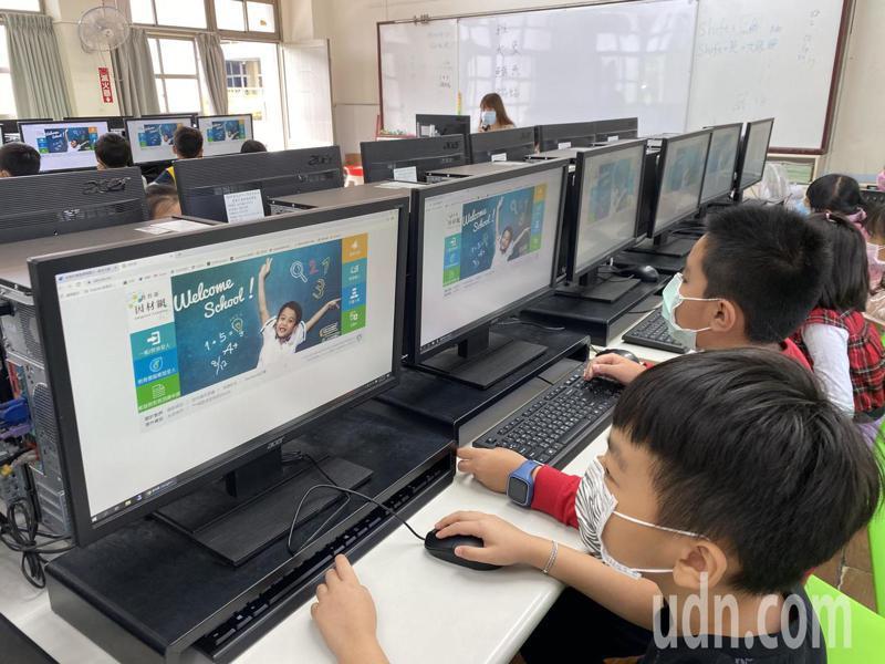 台南市各校都進行線上教學演練,老師發現,因非面對面,較難掌控,學生也較不專心。記者鄭惠仁/攝影