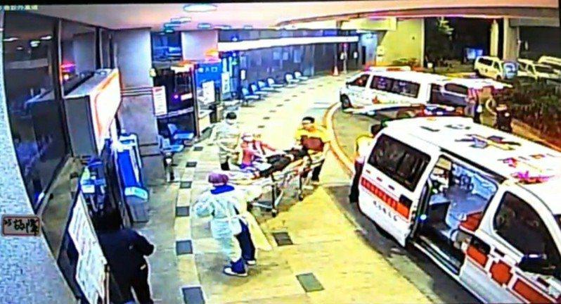 李姓男子昨天涉嫌持刀殺妻再自殺,他被送醫急救,目前仍在加護病房。記者游振昇/翻攝