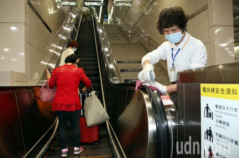 為加強勞動節防疫疏運,台灣高鐵各車站加強清潔消毒,清潔人員針對座椅、售票櫃檯、閘門、電扶梯等旅客頻繁接觸的地方消毒。記者林俊良/攝影