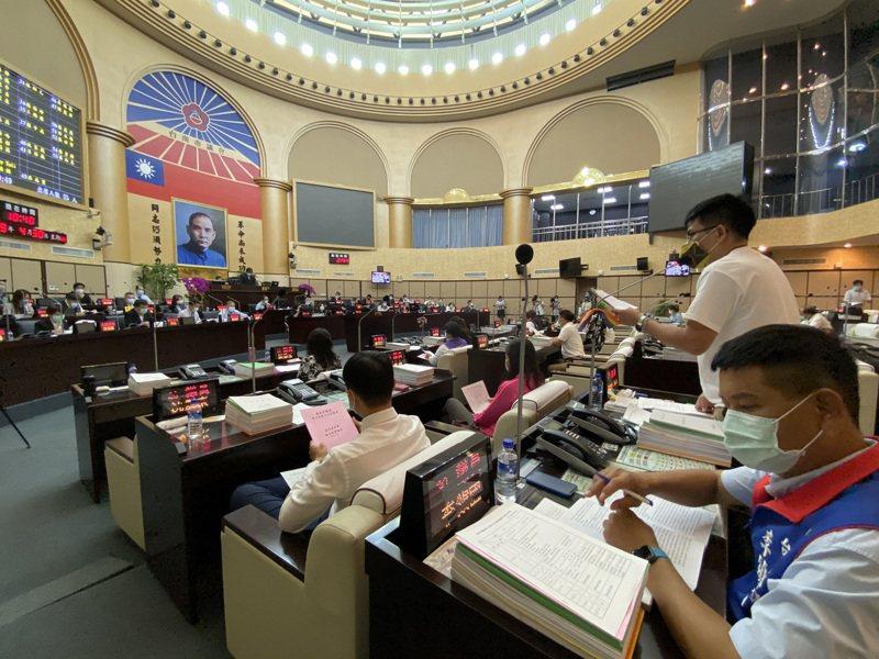 台南市議會第三屆第三次定期大會今開幕,進到議事廳的市府官員及議員都必須量體溫、戴口罩。記者鄭維真/攝影