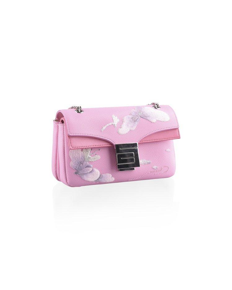 刺繡工藝系列金屬鍊帶包粉嫩色,售價53,800元。圖/夏姿提供