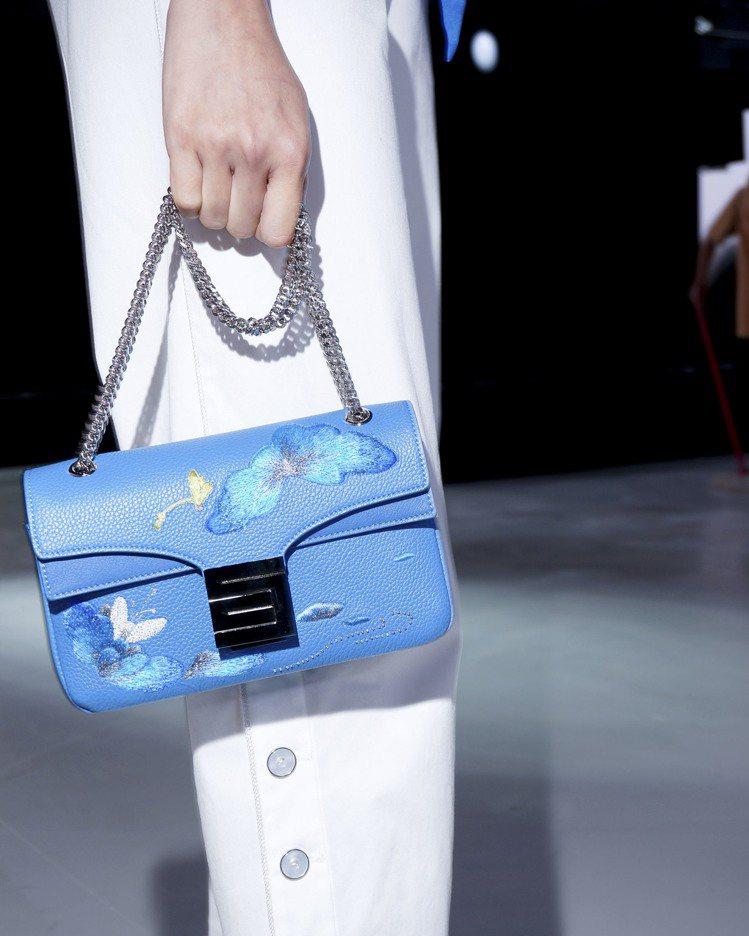 刺繡工藝系列金屬鍊帶包水藍色,售價53,800元。圖/夏姿提供