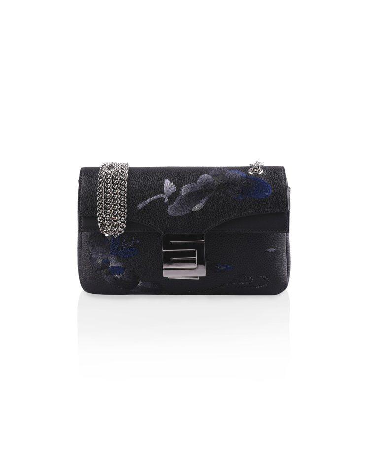 刺繡工藝系列金屬鍊帶包墨黑色,售價53,800元。圖/夏姿提供