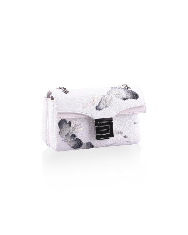 刺繡工藝系列金屬鍊帶包淨白色,售價53,800元。圖/夏姿提供