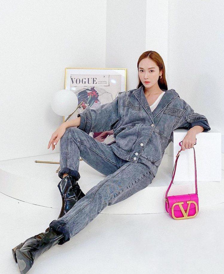 韓國歌手Jessica (鄭秀妍)拎螢光粉色SuperVee手袋。圖/VALEN...