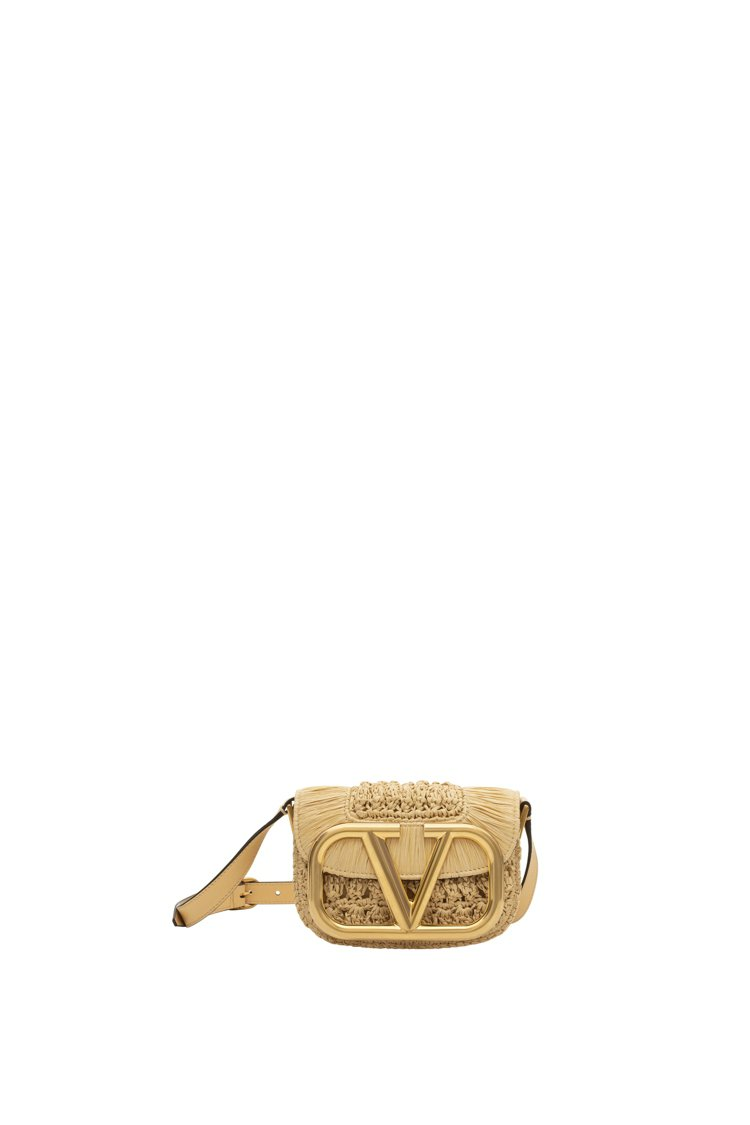 SuperVee拉菲草編肩背包,76,500元(小)。圖/VALENTINO提供