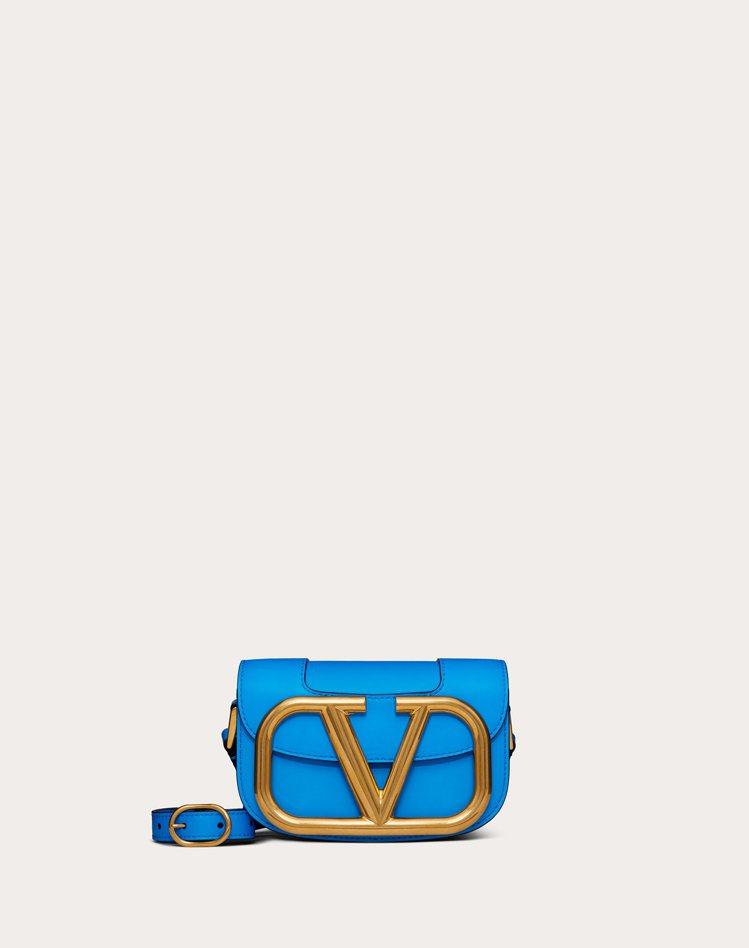 SuperVee螢光藍肩背包,72,000元(小)。圖/VALENTINO提供