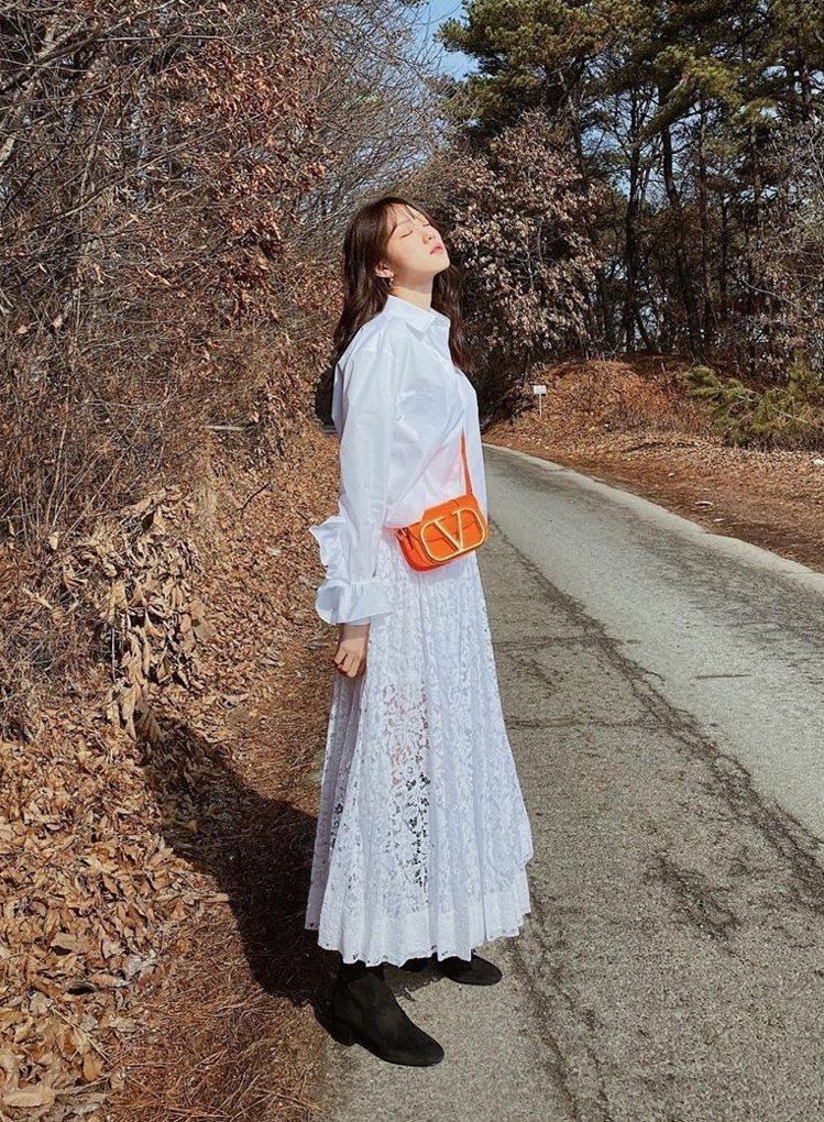 韓國女星李聖經背橘色SuperVee手袋。圖/VALENTINO提供