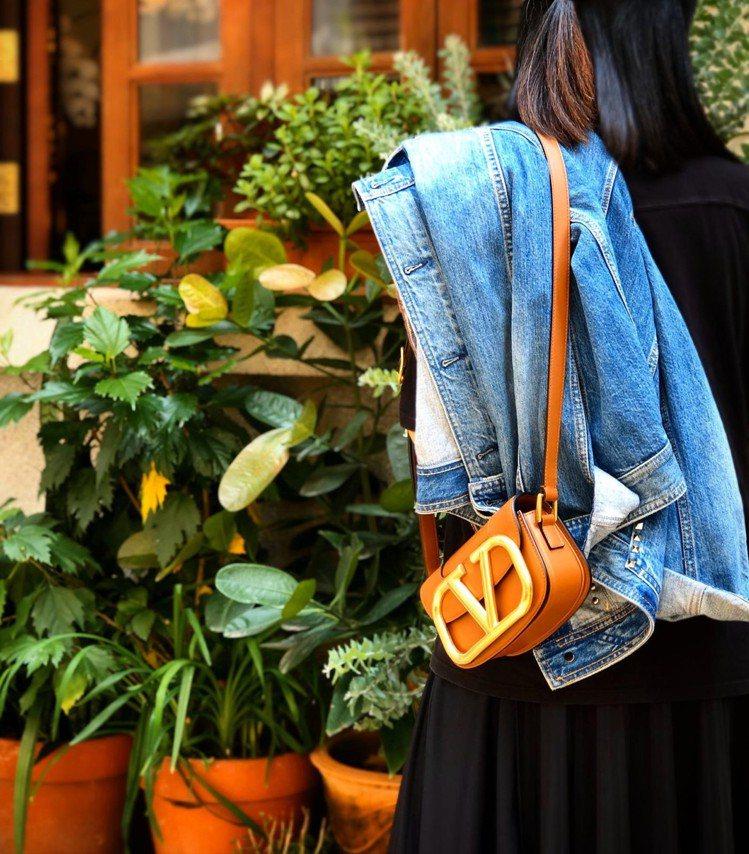 SuperVee手袋系列的金屬Logo是用復古黃銅效果所處理的,大面積點綴包款帶...