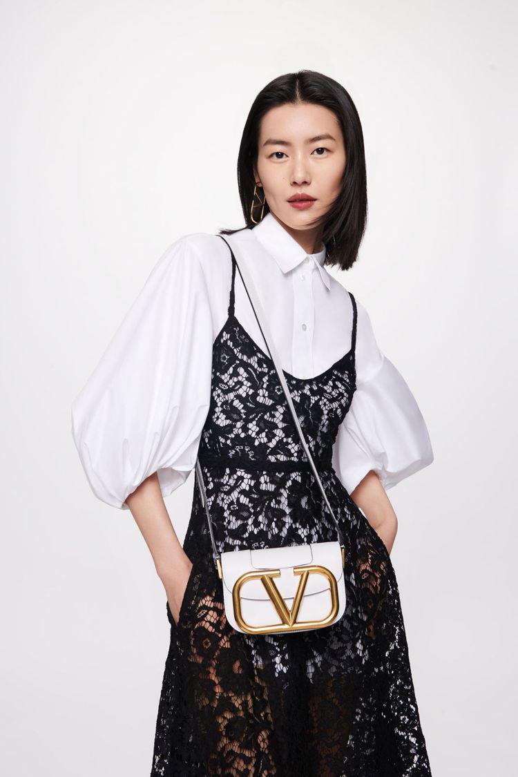 超模劉雯背白色SuperVee手袋。圖/VALENTINO提供