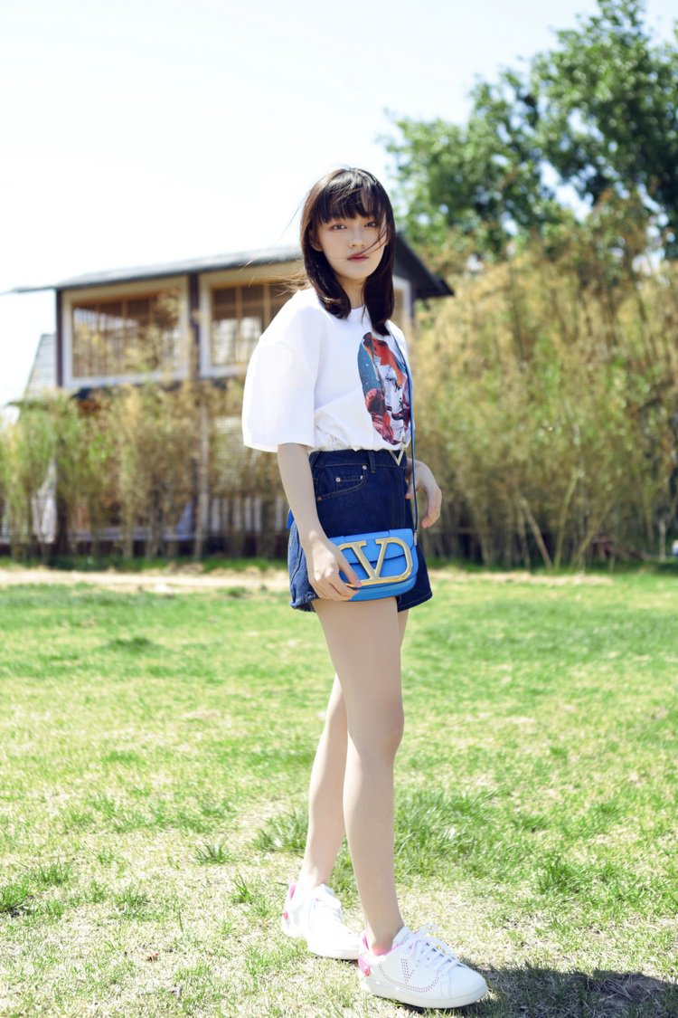 女星文淇背螢光藍SuperVee手袋。圖/VALENTINO提供