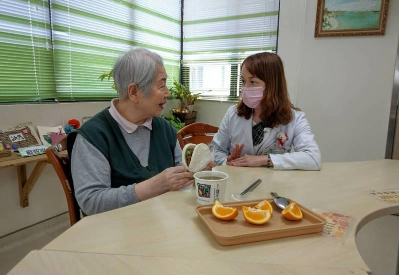 范純美主任(右)提醒家屬每天準備飲食應考慮老人飲食喜好及心理層面。記者鄭國樑/攝影(非患者當事人)
