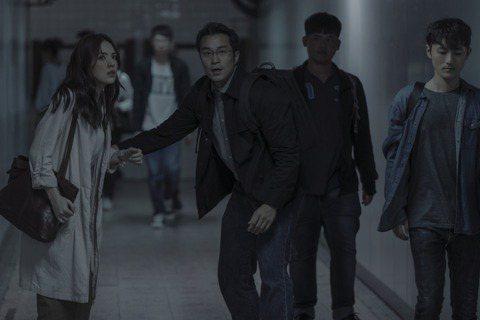 Netflix華語獨家影集「誰是被害者」30日下午全球首播,主持人黃子佼化身法官,邀集演員們啟動「線上偵訊會」為戲宣傳,談及若用如何形容該劇的驚悚程度,眾演員紛紛寫下「焦屍」、「溶屍」等字句,讓「屍...