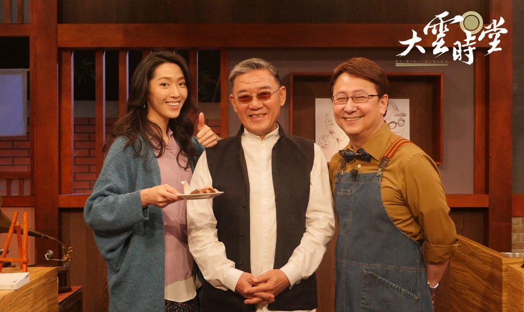 李立群(中)帶著女兒李元元(左)上李四端節目聊感情和工作。圖/momotv提供