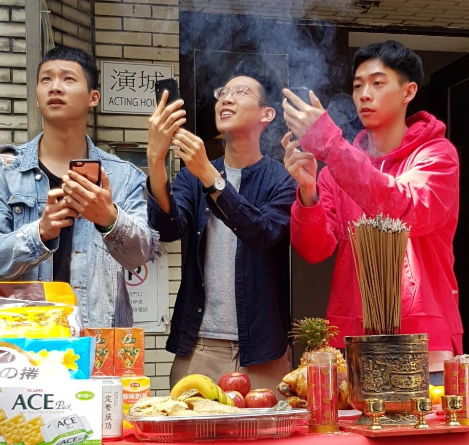 左起黃冠智、導演葉宗軒、王可元4月29日開鏡「沒有網路的一天」。圖/合院整合提供