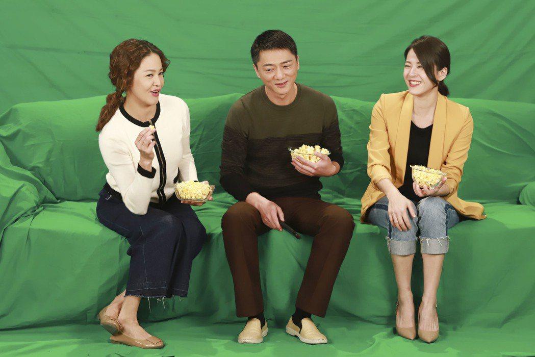 蘇晏霈(右起)、藍葦華、張䕒心在「多情城市」中飾演一家人。圖/民視提供