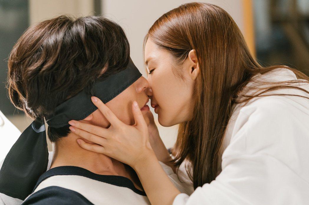 金材昱(左)、朴敏英在「她的私生活」劇中令人臉紅心跳的親熱接吻橋段多。圖/八大戲...