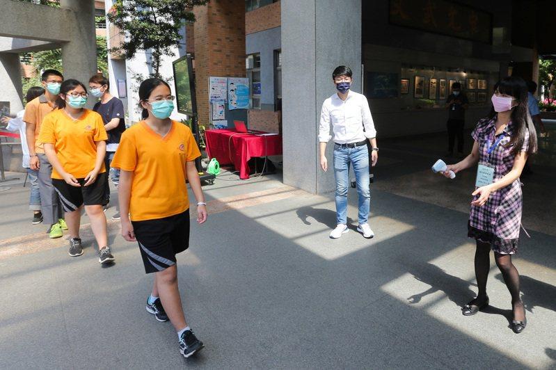 109年國中教育會考將於5月16、17日登場,因應新冠肺炎疫情,國中教育會考將採高規格防疫措施,考生需量測體溫,進入考場需戴口罩。記者黃仲裕/攝影