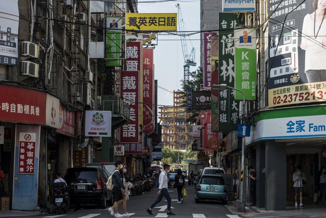 台灣街景到處可見的店面招牌與廣告看板。 圖/聯合報系資料照