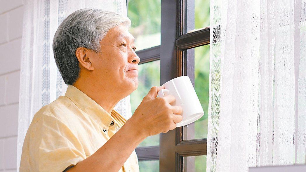 新冠肺炎疫情全球延燒,讓許多長輩不敢出門,造成不少失智長輩的認知功能快速退化。 ...