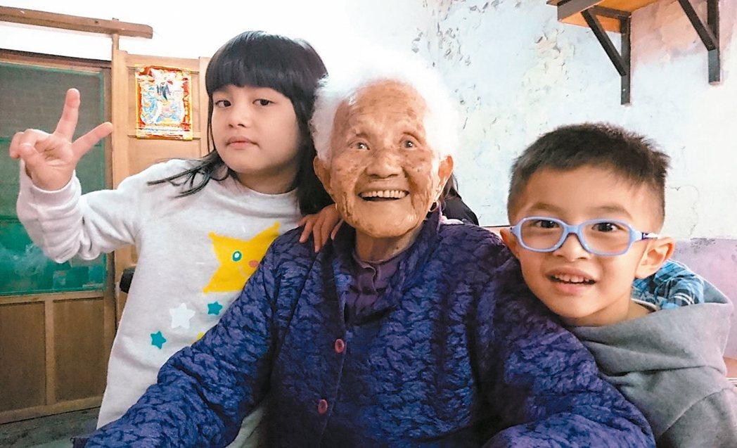 我的母親民國8年生,20歲嫁入夫家,從此操作農事家務、生兒育女。不管酷暑寒冬,種...