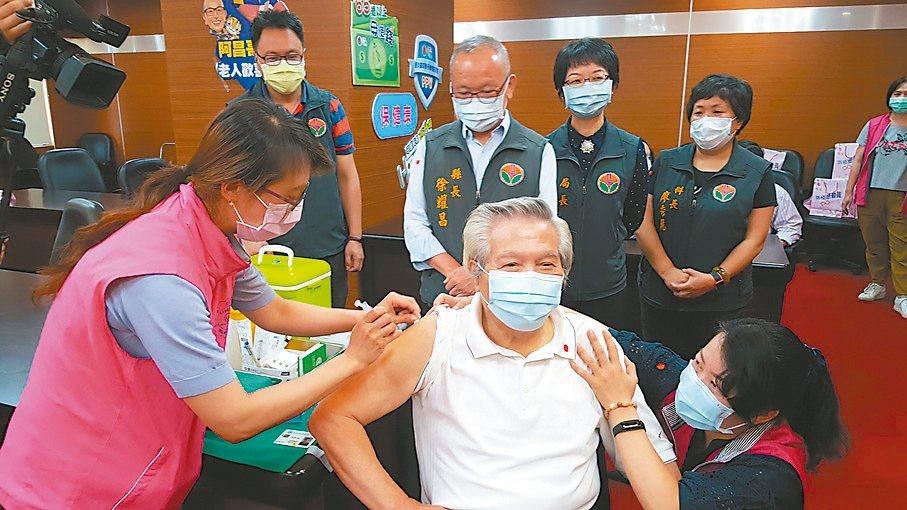 苗栗縣政府昨起加碼為65歲以上、未曾接種過肺炎鏈球菌疫苗的縣民免費施打,盼多一層...