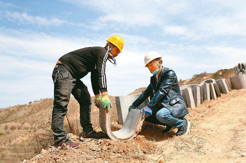 寧夏有序地對長城遺跡進行搶修維護。 中新社