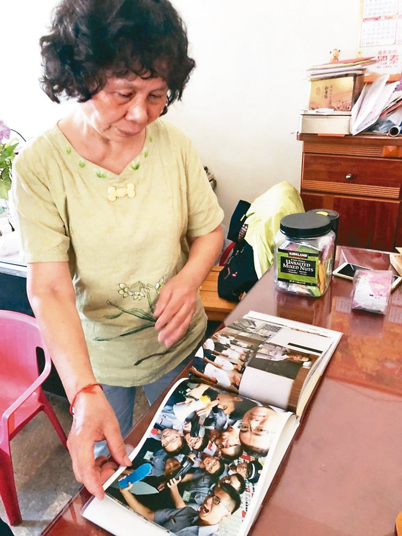 鐵路警察李承翰母親張秀珍昨天得知無罪判決,心酸看著兒子生前照片。 記者李承穎/攝影
