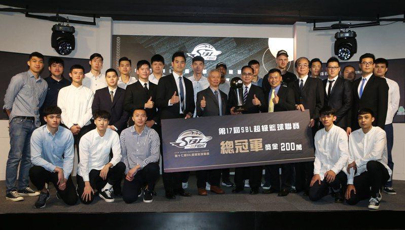 第17季SBL昨天舉行年度頒獎典禮,台啤拿下總冠軍獲頒200萬元冠軍獎金。 記者徐兆玄/攝影