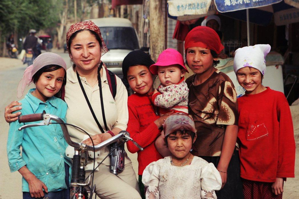 任職於新疆大學的維吾爾族裔人類學者——熱依拉.達吾提教授(圖中左二),2017年...