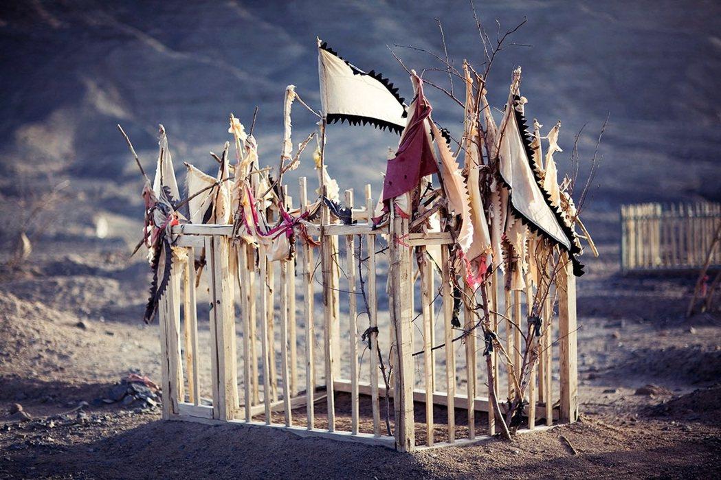 最為常見的麻札景觀,是一簇簇朝聖者帶進沙漠,由樹木枝幹、布條、各色旗幟所扎捆而成...