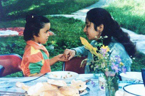 「我的媽媽熱依拉.達吾提,她僅僅是一個知識分子,一個熱愛事業家庭的媽媽。」圖為熱...