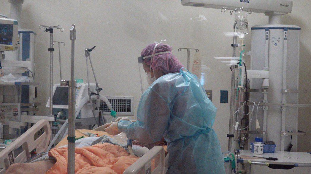 國立陽明大學附設醫院護理部副主任張丞淯,照顧隔離的新冠病人。圖/張丞淯提供