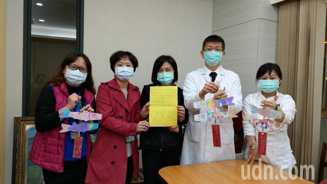 社會各界寫卡片鼓勵支持,陽大附醫院院長楊純豪(右二)感謝第一線護理人員付出,讓他...