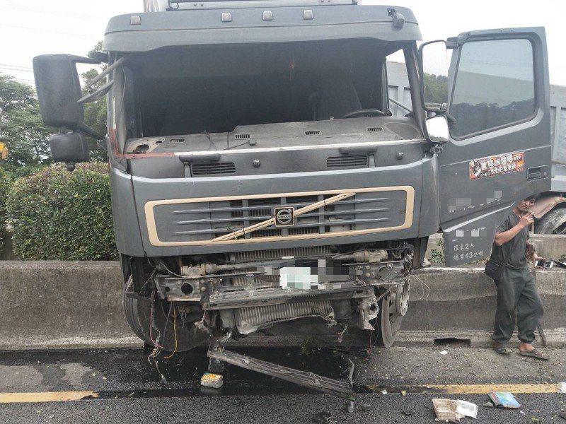 國道三號南下57.7公里桃園大溪路段,今天早上6點40分發生一起車禍,一輛營業半聯車行駛北上車道,不明原因突然衝往中央分隔島橫跨到南下車道,多車被波及,幸無人受傷。