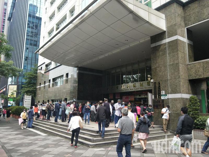 新北市稅捐處雖設置等候區,但門口依然有大量民眾排隊等候報稅。記者施鴻基/攝影