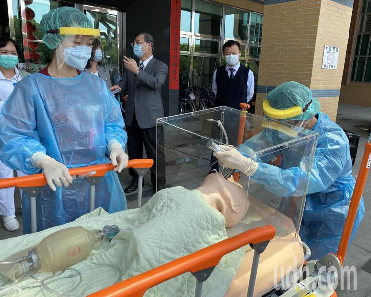 圖為急診室醫護示範如何為患者插管。記者趙容萱/攝影