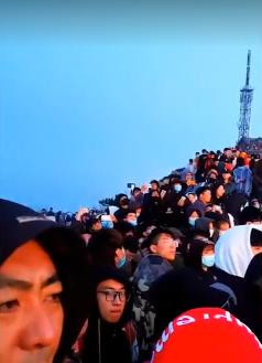 五一小長假第一天,人潮擠爆泰山。燃新聞截圖