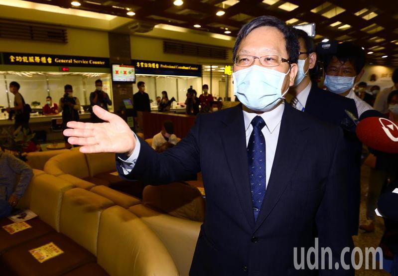 財政部長蘇建榮上午前往台北國稅局了解民眾報稅情況,他特別提醒大家別忘了今年新增的節稅措施。記者杜建重/攝影