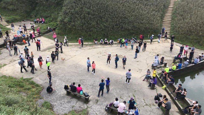 五一連假首日,以抹茶山聞名的聖母山莊步道人多。圖/遊客林先生提供
