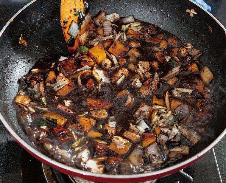 燉煮15分鐘到蔬菜熟透後,以玉米粉水勾芡、淋芝麻油。圖/台灣廣廈 提供