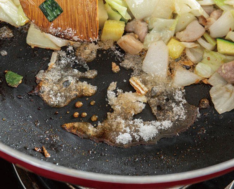 韓式炸醬麵-放入蔬菜大火炒勻後推到旁邊,下砂糖,炒到有點焦糖色。圖/台灣廣廈 提...
