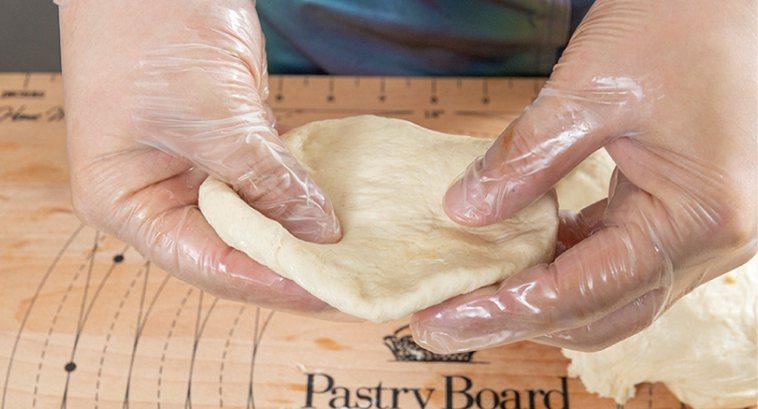 糖餅-切一塊麵團,先滾圓再壓平成圓扁狀的餅皮。圖/台灣廣廈 提供