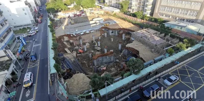 桃園市平鎮區文化公園地下停車場工程塌陷。記者鄭國樑/攝影