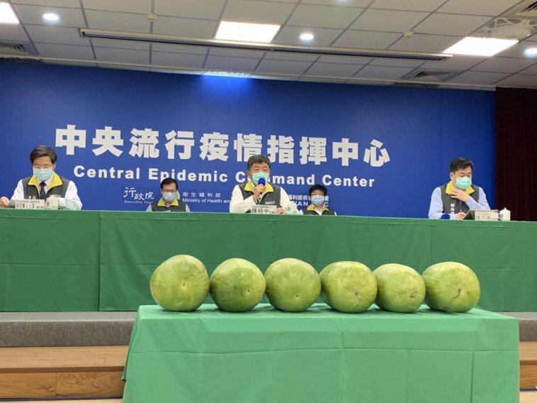 陳時中表示,國內今日無新增確診病例。指揮中心出現六顆大西瓜。記者陳雨鑫/攝影