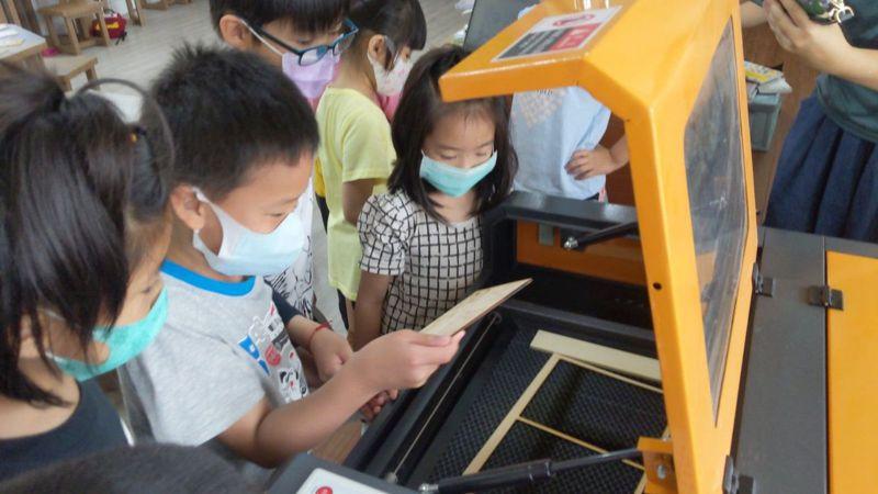彰化縣二林鎮廣興國小向二林高中借用雷雕機,今天教小朋友使用製作母親節卡片。圖/廣興國小提供