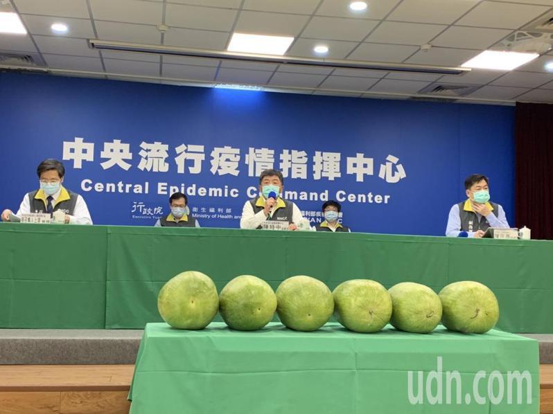 中央流行疫情指揮中心下午記者會宣布,台灣今天沒有新增2019冠狀病毒疾病確診個案,是連續6天零確診。記者會現場也擺出6顆大西瓜,象徵6個0。記者陳雨鑫/攝影