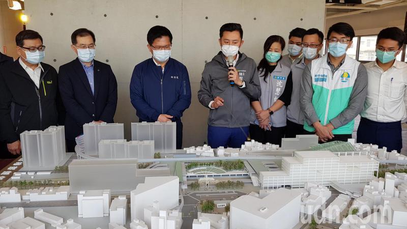 新竹市長林智堅(左四)說明大車站計畫內容與效益,交通部長林佳龍(左三)表示肯定,交通部會全力協助推動。記者黃瑞典/攝影